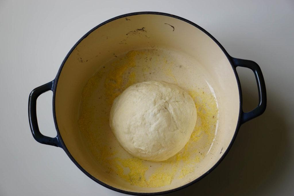 Белый хлеб в духовке в чугунной кастрюле