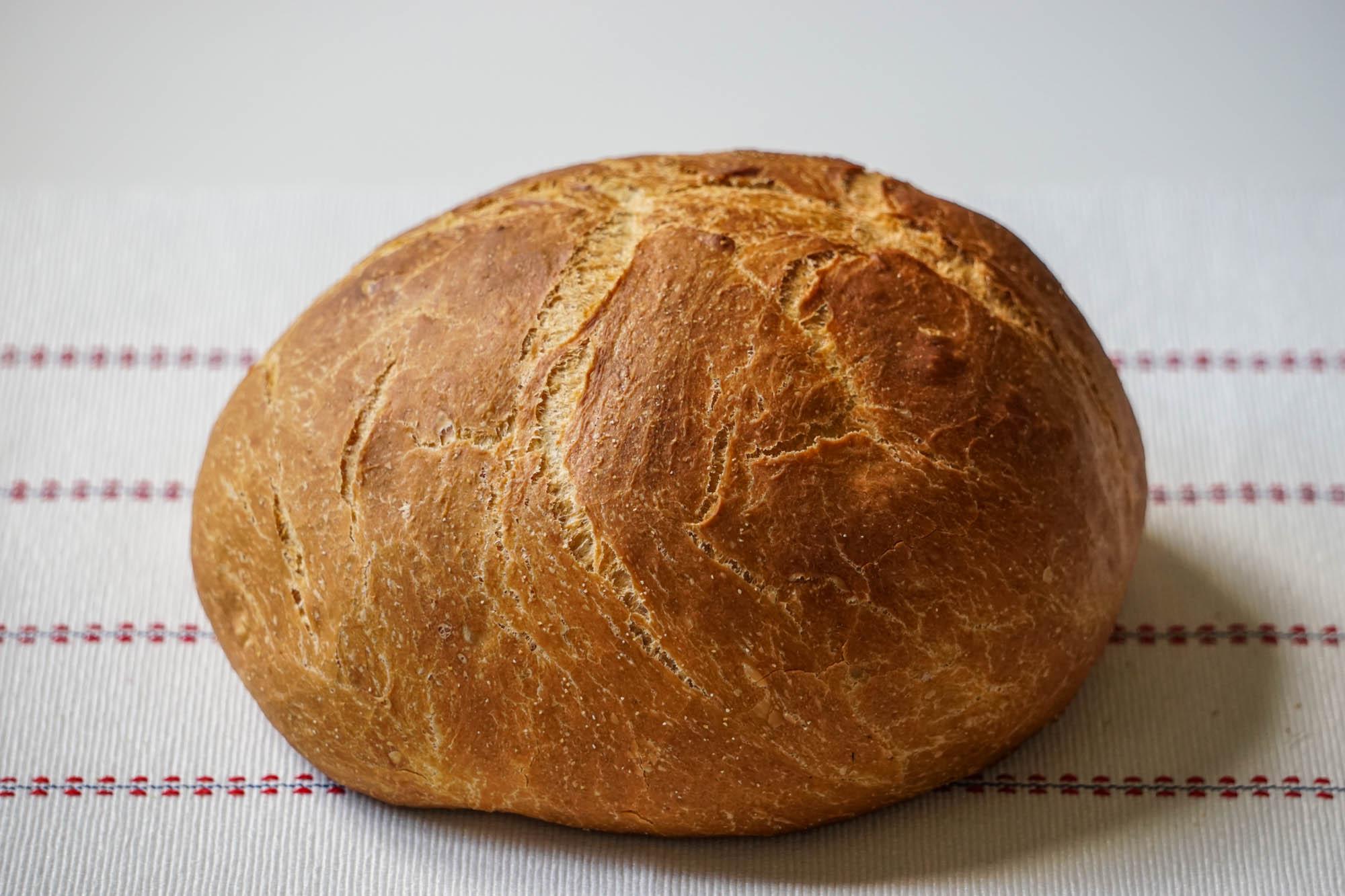 белый хлеб в казане в чугунной кастрюле в духовке