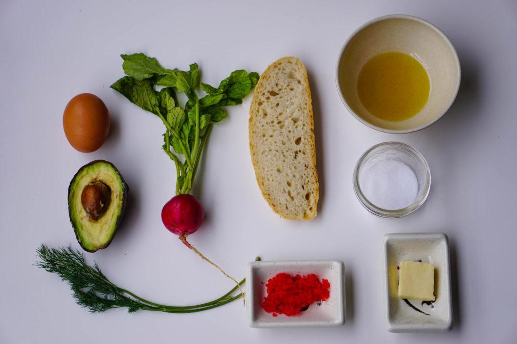 тост с авокадо и яйцом