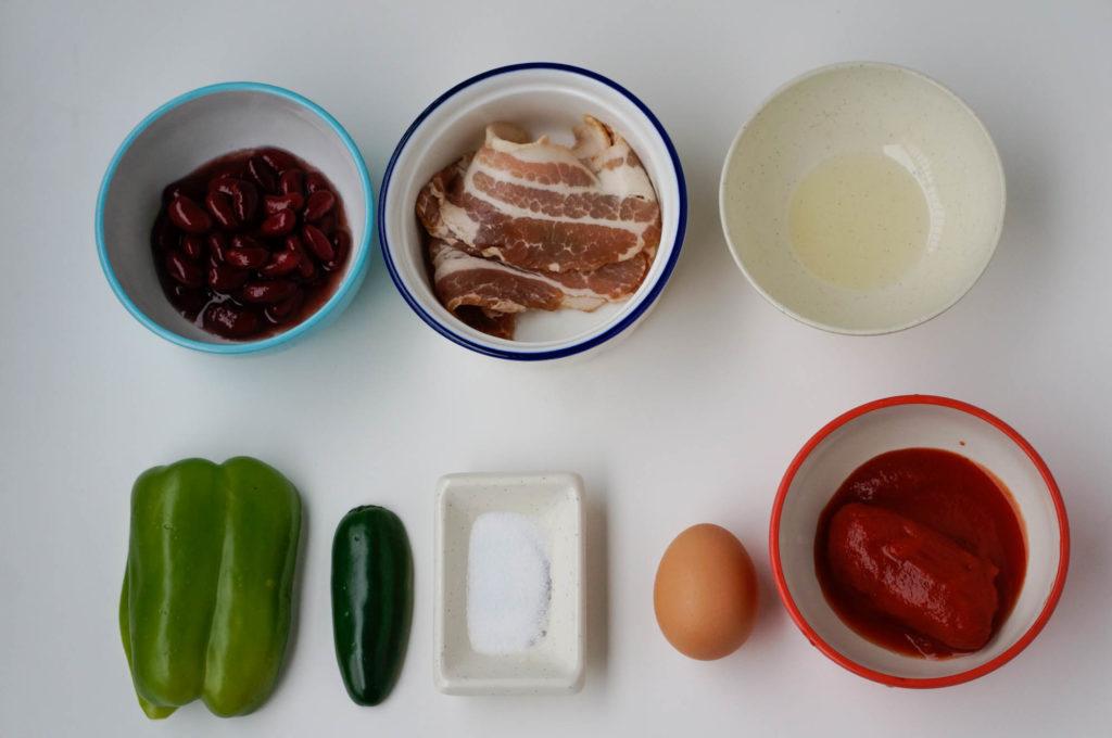 яичница с перцем, фасолью, и томатом