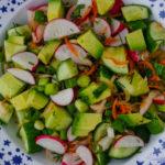 салат с редисом огурцом авокадо квашеной капустой