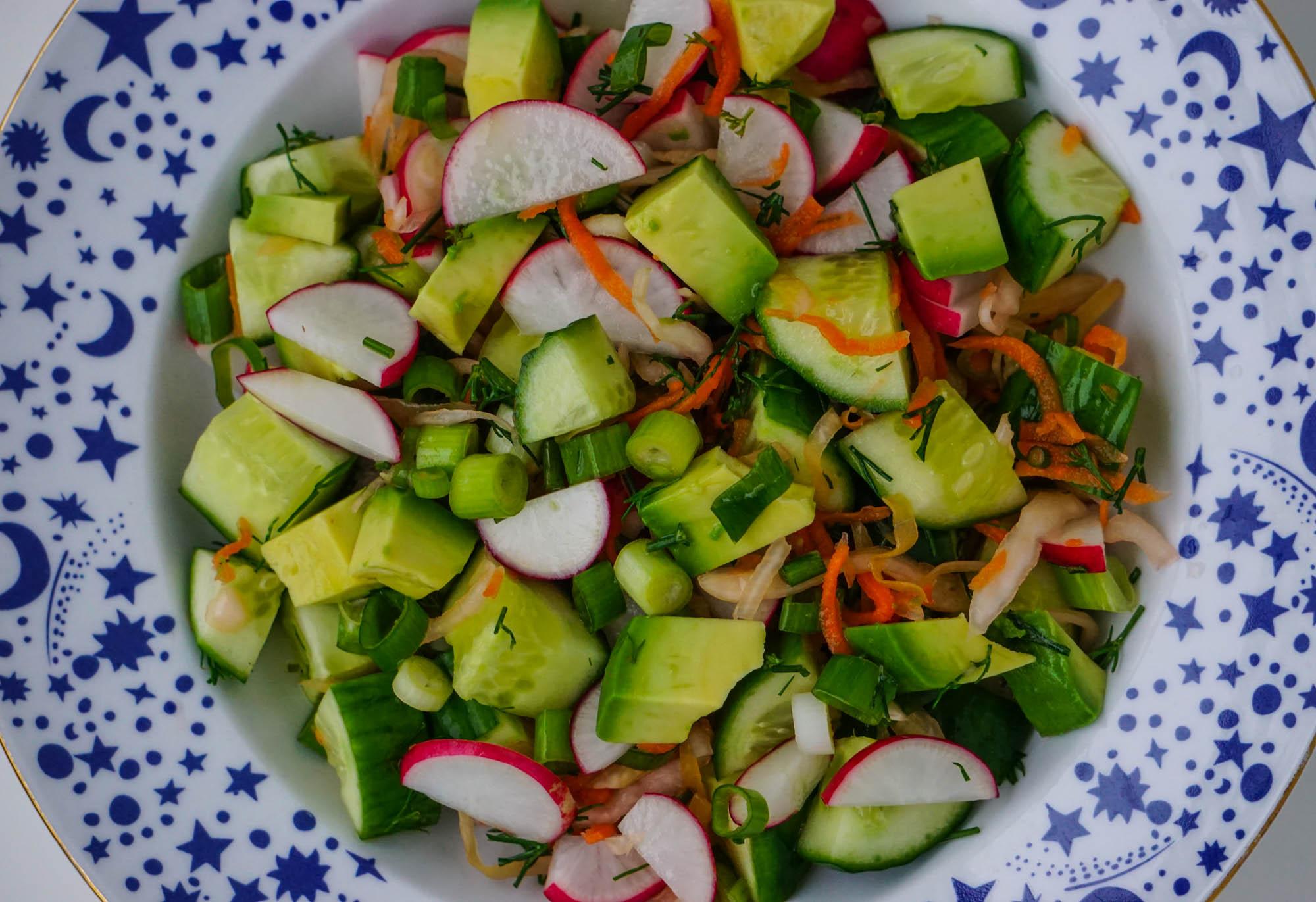 Салат из редиса, огурцов, авокадо и квашеной капусты